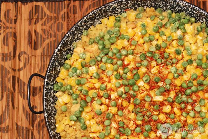 Csirkés paella borsóval és kukoricával