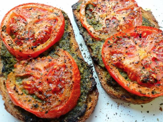 Pesztós-paradicsomos szendvics