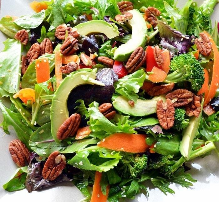 Tavaszi saláta fokhagymaöntettel